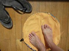 """voici un sac """"pied au sec"""" pour la piscine, avec une face tissus éponge et une autre tissus imperméable donc l'intérêt avoir les pieds au sec pendant qu'on se change puis on enferme la serviette et le maillot mouillé à l'intérieur voilà tout!"""