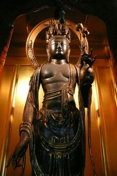 大御堂観音寺十一面観音立像:京都府所在。東大寺大仏を造った仏所が関係した仏像と思われる。奈良・聖林寺にある十一面観音の模作とも言われるが、一回り小さく女性的である。おさげ髪に見えるのは、菩薩にみられる垂髮と呼ばれる髪のせいである。https://t.co/yggG7mj4b3