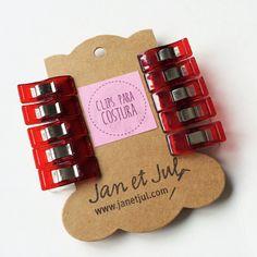 Pinzas para costura de Jan et Jul, olvídate de los alfileres con estas prácticas pinzas o clips de costura. Ideales para sujetar varias telas.  En cada pack van 10 piezas y tan sólo cuesta 4,95€ :-)