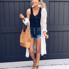 Gorgeous Spring Outfits To Copy Right Now White Lace Cardigan Black Top Street Style Outfits, Mode Outfits, Casual Outfits, Fashion Outfits, Style Fashion, Feminine Fashion, Grunge Outfits, Simple Outfits, Jean Outfits