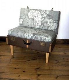 Ein Koffer, eine Bank, eine Landkarte