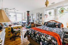 An Artist's 450-Square-Foot Philly Apartment Is a Harmonious Hodgepodge: gallery image 15