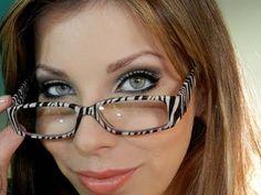Maquiagem para quem usa óculos, com Luciane Ferraes