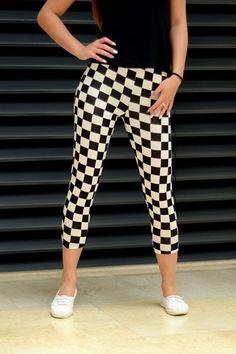 Leginsy o tradycyjnym fasonie długości 3/4, posiadające oryginalny czarno biały deseń. Wykonane z wysokiej jakości dzianiny co zapewnia doskonały komfort noszenia.Idealne do licznych stylizacji. Oryginalnie zapakowane z kompletem metek.