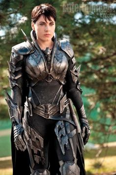 Most of the costumes in Man of Steel were duds for me (especially Superman's blue onesie look), but I did like Faora-Ul's armor. Great, fluid movement, but it still looks like functional armor. (Costume designers Michael Wilkinson and James Acheson). Armadura Medieval, Fantasy Armor, Medieval Fantasy, Fantasy Queen, Man Of Steel, Steel Dc, Steel Metal, Fantasy Characters, Female Characters