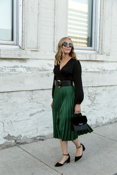 Cute and Beautiful Emerald Green Skirt and Classic Blouse – wonders style Green Blouse Outfit, Green Skirt Outfits, Bluse Outfit, Black Blouse, Dark Green Skirt, Green Pleated Skirt, Pleated Skirts, Midi Skirt, Mode Outfits