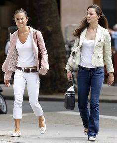 Duchess Catherine in white shirt, cream blazer, jeans, and flats while shopping in The Kings' Road with her sister, July 2007 Looks Kate Middleton, Pippa Middleton Style, Kate Middleton Outfits, Middleton Family, Clarence House, Kensington And Chelsea, Chelsea London, Diana, Princesse Kate Middleton
