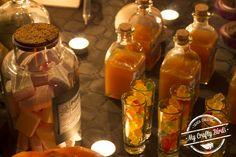Decoración y recetas para preparar una mesa dulce temática de Halloween Crafty, Halloween, Candy Buffet, Candy Stations, Pumpkins, Garlands, Recipes, Halloween Stuff