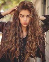 Do you like your wavy hair and do not change it for anything? But it's not always easy to put your curls in value … Need some hairstyle ideas to magnify your wavy hair? Curly Hair With Bangs, Long Curly Hair, Curly Hair Styles, Natural Hair Styles, Colored Curly Hair, Spring Hairstyles, Pretty Hairstyles, Hairstyles With Bangs, Style Hairstyle