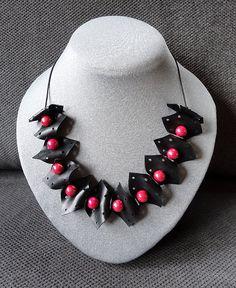 Zwart rubber ketting met rode kralen. van AnnesSierraad op Etsy,