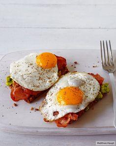 ZUTATEN  Für 2 Portionen 4 Scheiben Brot 1 große reife Avcocado 1 El Limettensaft Salz, Pfeffer 125 g Bacon-Scheiben 2 El Öl 4 Eier , (Kl. M)