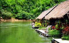 Er zijn verschillende hotels die drijven op de River Kwai in Kanchanaburi Thailand. Welke je moet hebben lees je hier!