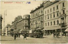 1908, Rákóczi út, a Hotel Orient az Akácfa utca sarkán. Erről penig több itt.Még vannak a nyitott peronú villamosokon lehúzhazó redőnyök. De számuk még nincs, csak jelük...Erről többet megtudhatunk itt.A szálloda mögött az 1903-ban leégett, de még meglévő épület, ami az elsőPárizsi Nagy Áruházvolt. A közlekedés még javában balos. Az útburkolat pedig ugyanennyire javában kockakő...Jobbra az EMKE KÁVÉHÁZ.Ui.: Hogy aRákóczi út miként lett Rákóczy út, az számomra felfoghatatlan...