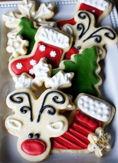 Family Favorite Christmas Cookies - Santa is going to LOVE these! Christmas season isn't complete without a batch of sugar Christmas cookies! Come see how easy it is to decorate like the pros. Cookies Oreo, Iced Cookies, Royal Icing Cookies, Holiday Cookies, Cupcake Cookies, Snowman Cookies, Halloween Cookies, Summer Cookies, Cookie Favors