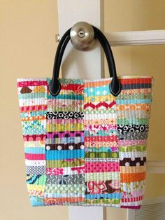 Summer Sewing: 7 Quilted Tote Bag Patterns Quintessential Quilting Projects: 7 Quilted Tote Bag Patterns You'll Love! this one is just so fabulous - from Crazy Mom Quilts :) Quilted Tote Bags, Patchwork Bags, Quilted Handbags, Mk Handbags, Leather Handbags, Fabric Bags, Fabric Scraps, Sew Bags, Fabric Basket