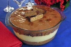 A Receita de Torta de Sorvete com Bis é deliciosa e fácil de fazer. A massa da torta é feita com a mistura de biscoitos triturados e manteiga. O recheio é
