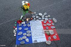 Les pierres typiques de la plage de Nice sur le drapeau français pour rendre hommage aux victimes   via Instagram http://ift.tt/29Rr6px  Actualité Attentat à Nice Civili Terrorisme