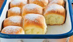 Potrebujeme:   520 g polohrubej  múky  40 g droždia   60 g krupicového cukru  280 ml mlieka  štipku soli  2 žĺtky  80 g masla  1 balíček vanilínového cukru  2 lyžice rumu  pol lyžičky citrónovej kôry   hladká múka na posypanie dosky   + roztopené maslo na vymazanie pekáča a potretie buchiet Slovak Recipes, Czech Recipes, European Kitchens, Bread And Pastries, Desert Recipes, Hot Dog Buns, Food And Drink, Tasty, Sweets