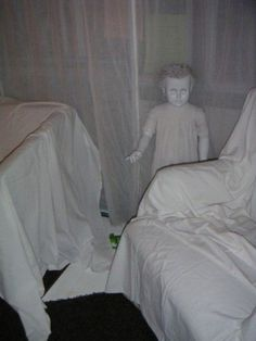 I like the idea of covering all of the furniture in white sheets for a Halloween party. Such a creepy and inexpensive Halloween DIY decoration. Get old dolls from the thrift store and spray paint them white. So creepy! Halloween Veranda, Halloween 2014, Spooky Halloween, Holidays Halloween, Halloween Crafts, Happy Halloween, Adult Halloween, Halloween Mural, Halloween Bride