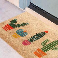 Rohožka z kokosového vlákna Kaktus Crafts To Make, Home Crafts, Diy Crafts, Cactus Gifts, Backyard Garden Landscape, Coir Doormat, Bohemian House, Diy Recycle, Home Wallpaper