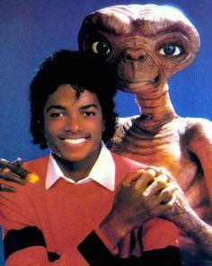 In 1982 Michael Jackson released E. the Extra-Terrestrial, a storybook album read by the King of Pop himself. Undoubtedly an interesting piece of pop ephemera, it included a poster of the pop sen… Lisa Marie Presley, Site Photo, Tableaux Vivants, Alien Vs Predator, Predator Movie, Paris Jackson, The Jacksons, 80s Kids, Foto Art