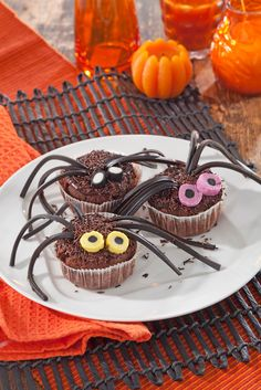 Suklaan ja mansikan makuiset #muffinit muuttuvat koristeiden avulla #Halloween- hämähäkkimuffineiksi. | K-ruoka