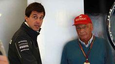 Niki Lauda e Toto Wolff dopo il ritiro di Rosberg: in Mercedes si gioca sporco? Sia Niki Lauda che Toto Wolff, negli ultimi giorni, hanno affermato che praticamente tutti i piloti in griglia si sono offerti per sostituire Nico Rosberg. #f1 #mercedes #rosberg #ritiro