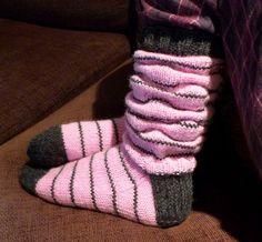 Helemenkerrääjä puikkoviidakossa: Varret rutussa Girls Socks, Knitting Socks, Knit Socks, Leg Warmers, Diy And Crafts, Knit Crochet, Slippers, Monkeys, Crocheting