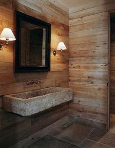 Badkamer landelijk ingericht   houten wanden   stenen wastafel   warm - Makeover.nl