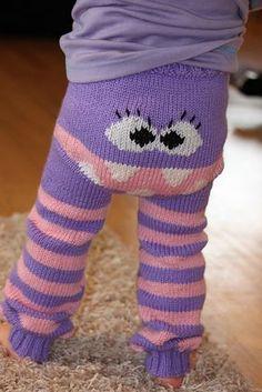 Sjove bukser i str 6 mdr til 4 år. De lukkes med en snor i ribben i livet. Man kan udsmykke dem, som man vil, og selv vælge kombinationer af farver. Strikket i babyuld på pinde 4.