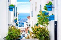 MIJAS (MÁLAGA).  Su casco antiguo es una maravilla: aún conserva el trazado de origen árabe y los restos de sus antiguas murallas, convertidas hoy en bonitos jardines y en uno de los miradores más espectaculares de la Costa del Sol.