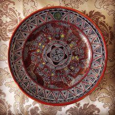 Декоративная тарелка в точечной росписи. Диаметр 35 см. Цена 1000 рублей.
