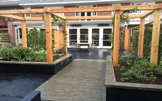 Strakke tuin jaren 30 woning Douglas pergola Van Veen Tuinontwerp Badhoevedorp