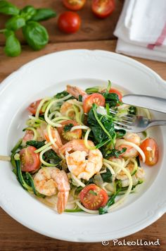 Zoodles with Shrimps and Spinach on www.paleolland.com
