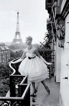 Mannequin à la Tour Eiffel, Plaza Athénée, Paris - 1958 - Photo by Christian Lemaire