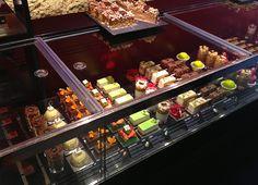 Un festival de color, son los pasteles de la Pastelería Bubó, Barcelona.
