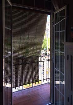 Las persianas 'alicantinas' emigran a Barcelona. - diariodesign.com Apartment Balcony Decorating, Apartment Balconies, Gaudi, Balcony Blinds, Barcelona, Curtains, Furniture, Home Decor, Balconies
