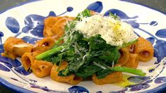 Rigatoni med tomatsalat og hvidløgsbrød Rigatoni, Seaweed Salad, Ricotta, Mozzarella, Thai Red Curry, Pasta, Chicken, Ethnic Recipes, Spinach