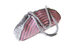 Eine wunderschöne gestreifte Handtasche in Grau und Pink.  Wurde von mir mit 100% Handarbeit hergestellt!       Maße:breite ca 37cm       höhe ca 18cm