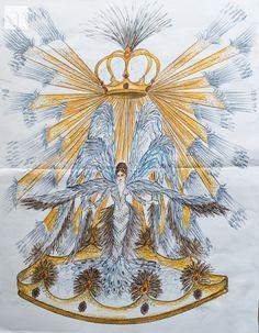 """Traje """"Pichona Real"""", diseñado por Quito Velasco, y confeccionado por Sonia Ortiz, que la reina del Carnaval 2016, Valeria Saucedo lució ayer en la coronación y lucirá el próximo sábado en el Corso.  Está elaborado con más de 2.000 plumas de faisán y representa un ave en blancos, dorados y plata que simboliza el renacer del carnaval cruceño."""