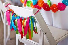 Cintas coloridas para dar vida a una sencilla silla! / Colourful ribbons to give life to a simple chair!