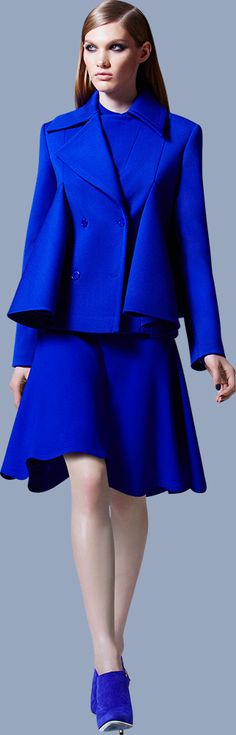 Elie Saab Pre-Fall Collection Business Lady Evening Out. Please welcome Elie Saab pre-Autumn-Winter womens read. Blue Fashion, High Fashion, Fashion Show, Fashion Design, Style Bleu, Yves Klein Blue, Elie Saab Fall, Style Haute Couture, Vogue