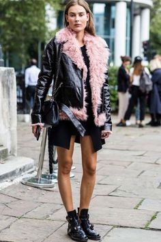 Street Style : Street style from London Fashion Week spring/summer 17 Vogue Australia Street Style Chic, Street Style Outfits, Paris Outfits, Street Style Looks, Fashion Week, Fashion Outfits, Fashion Tag, Fashion Trends, Mini Vestidos