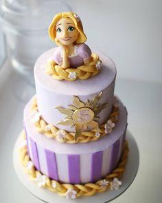 🥳 • Celebración de cinco años con #Rapunzel 💕 Fuente: 📸 @sweet_diva_cakes #ecumple #cakes #torta #bizcocho #cakedecorating #cake #pastel 16th Birthday Cake For Girls, Rapunzel Birthday Cake, Princess Theme Birthday, Tangled Birthday Party, Mermaid Birthday Cakes, 16 Birthday Cake, Barbie Birthday, Birthday Treats, Bolo Rapunzel