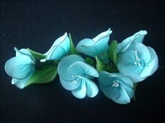 Gooi u oude gekleurde panty's als ze stuk zijn nog niet weg maar maak er mooie bloemen van.