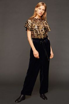 Velvet pants in oversized look with gathered waist and black waistband. This chic velvet trousers in navy color is worn high at the waist. The soft velvet fabric gives the pants a comfortable feel. Oversize Look, Velvet Pants, Simple Stories, Navy Color, Elegant, Fashion Accessories, Trousers, Fabric, Black