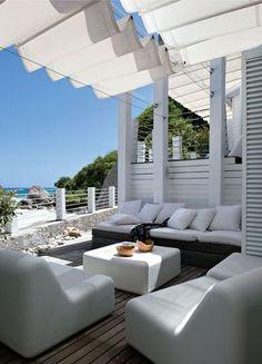 Terrasse avec vue sur mer - Blanc dominant pour une maison à vivre - CôtéMaison.fr