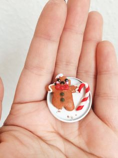Kleiner Lebkuchenmann, Weihnachts-Schmuck. Gibt's bei Etsy. Christmas Jewelry, Gingerbread Man, Candy Cane, Weaving, This Or That Questions, Etsy, Gift, Jewelery, Ideas