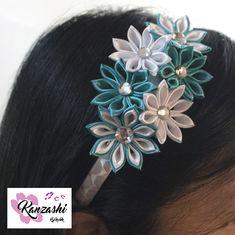 Tiara Infantil em kanzashi. Modelo Sixflo. Kanzashi, Crochet Accessories, Earrings, Jewelry, Fashion, Satin Ribbons, Models, Oriental Style, Culture