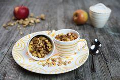 Ein tolles Frühstück: Apfel Müsli Crumble. Mit Vanilleeis serviert kann Apfel Müsli Crumble aber auch als süßes Dessert genossen werden.